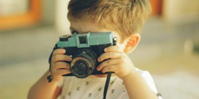 Kind maakt een foto met een geheugenkaart